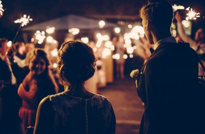 Brautpaar vor seinen Hochzeitsgästen