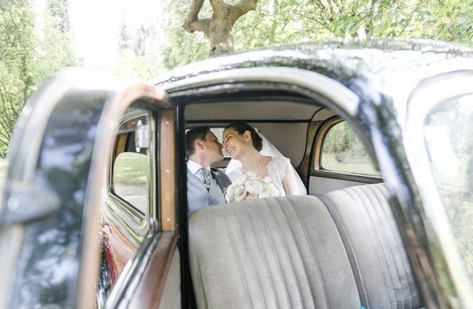 Sonnenschein, Romantik und ein Oldtimer - eine Hochzeitsinspiration