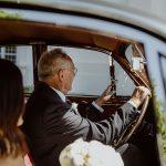 Sommerhochzeit mit französischem Flair Hochzeitsauto mit Brautvater
