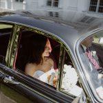 Sommerhochzeit mit französischem Flair Hochzeitsauto mit Braut