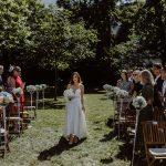 Sommerhochzeit mit französischem Flair Einzug der Braut