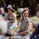 Sommerhochzeit mit französischem Flair lachende Gäste bei Trauung