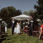 Sommerhochzeit mit französischem Flair Brautpaar Trauung