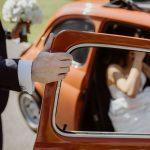 Sommerhochzeit mit französischem Flair Brautpaar Hochzeitsauto