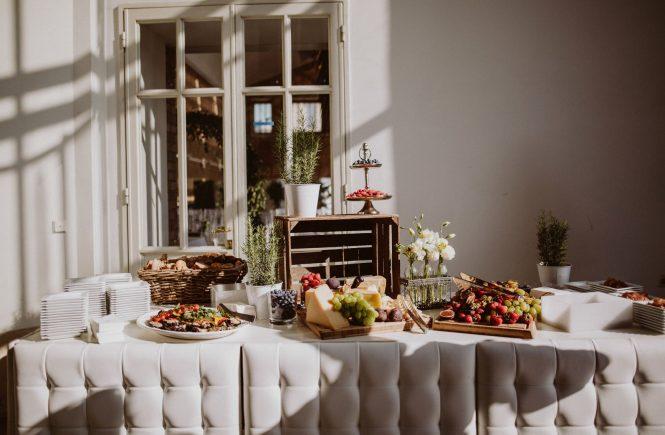 Hochzeitsbuffet. Die Vor- und Nachteile