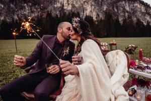 Bergverliebt - Küssendes Brautpaar